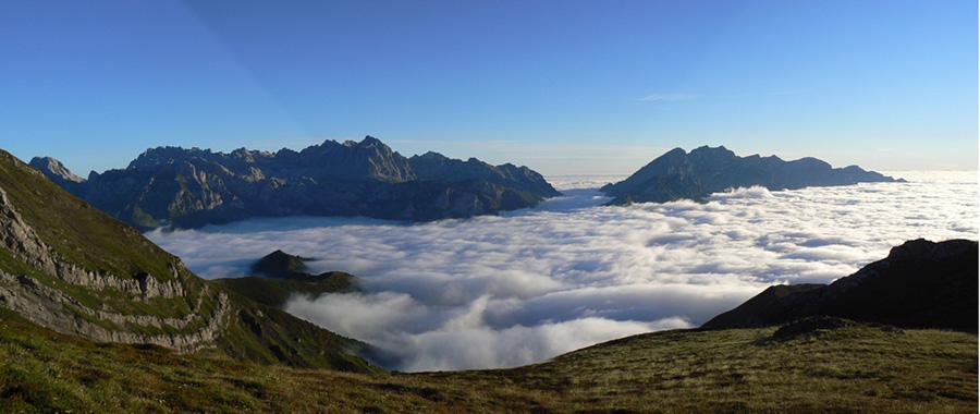 Las cumbres de las montañas se pueden considerar como islas de hábitat para las especies alpinas, separadas por un mar de ambientes desfavorables. La imagen muestra los macizos oriental (Andara) y central (Urrieles) de Picos de Europa desde el Coriscao